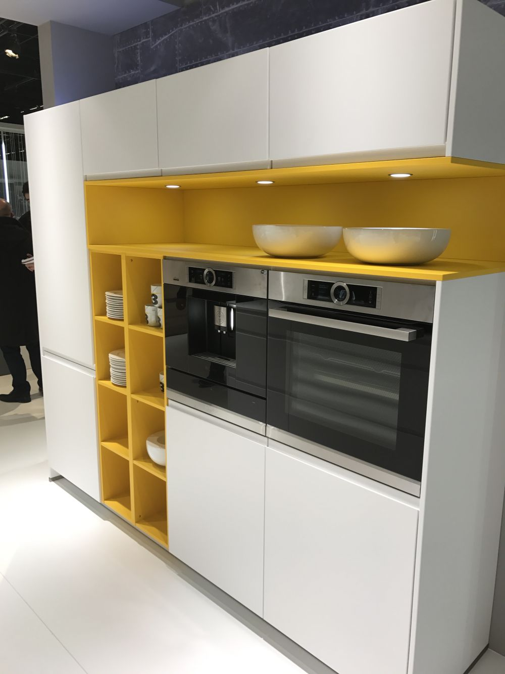 Yellow-accents-on-a-modern-kitchen-from-nobilia